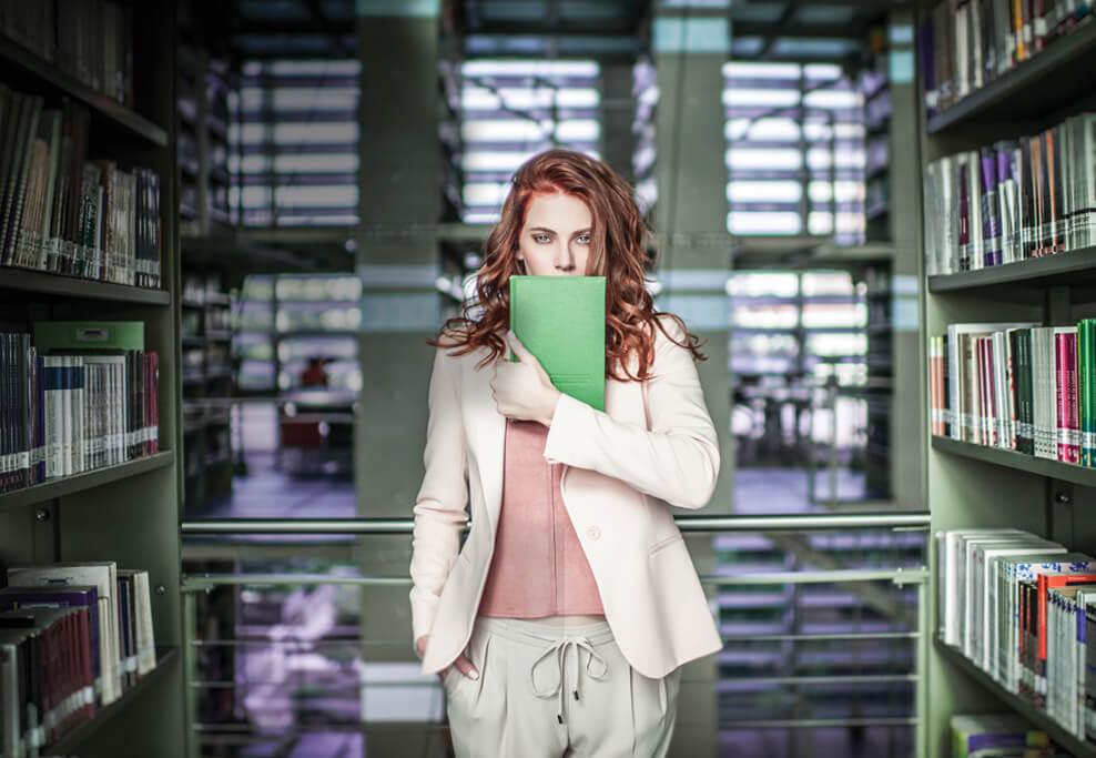 mujer con cabello rojo en libreria distrito armida