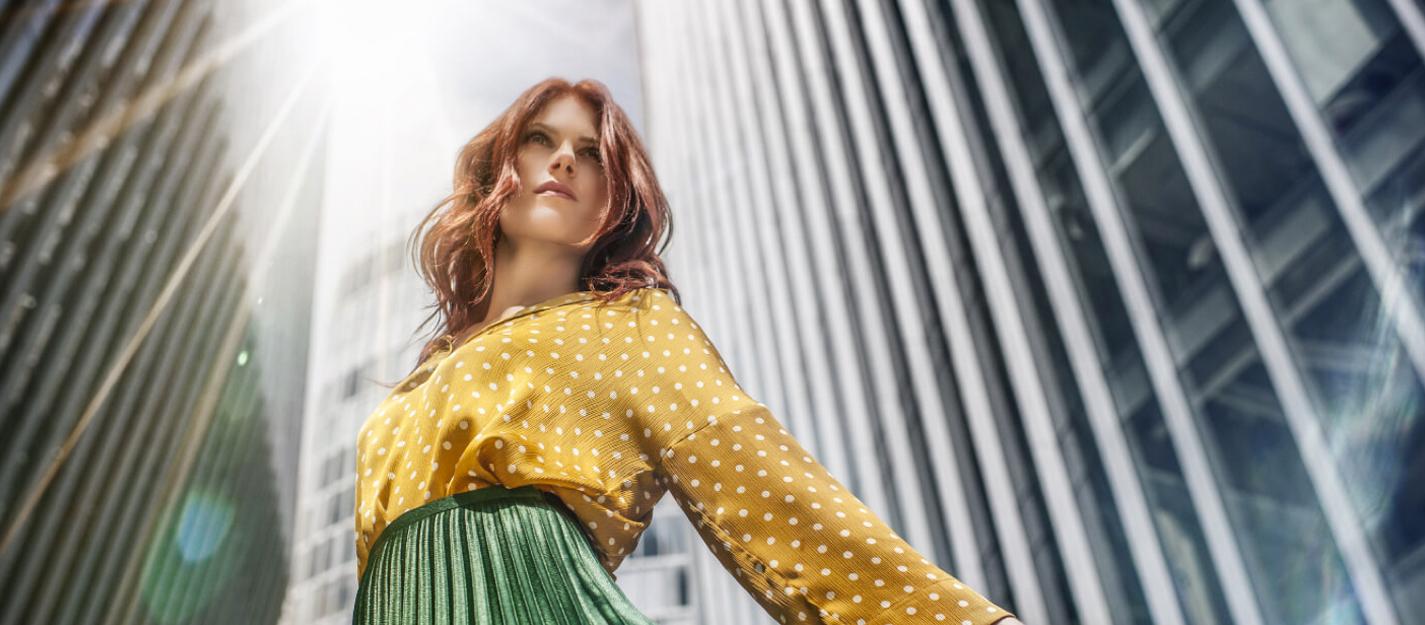 mujer blusa amarilla falda verda distrito armida